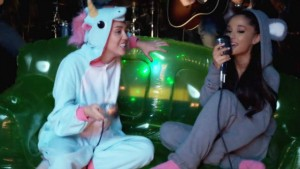 Miley Cyrus & Ariana Grande – La Cover di 'Don't Dream It's Over'